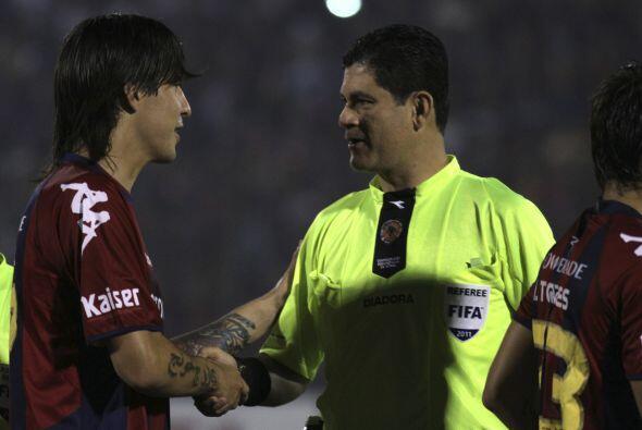 El árbitro colombiano Oscar Julián Ruiz tiró la toalla en los partidos i...