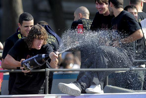 Y por supuesto no faltó la champagne, que fue abierta por Carles Puyol,...