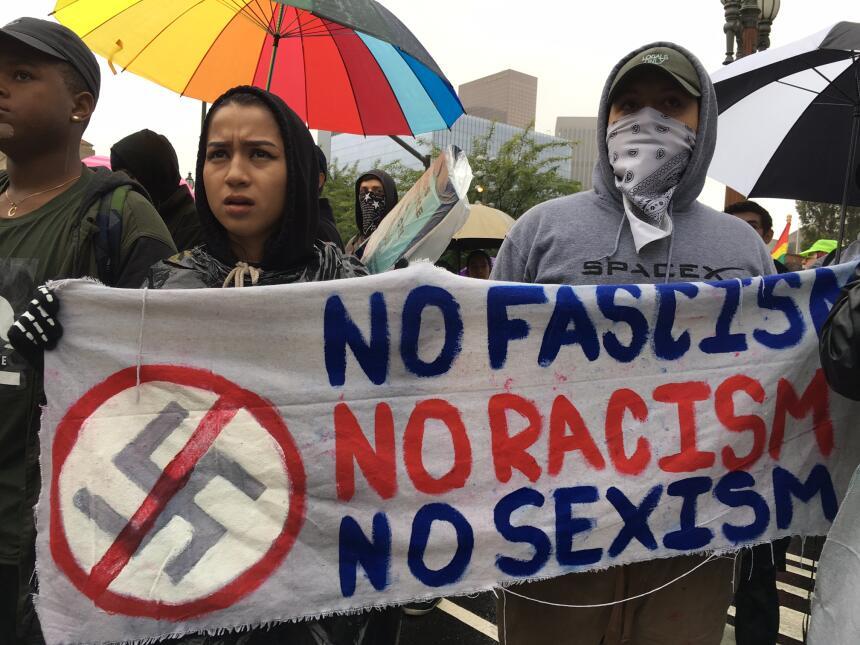 'No al fascismo', decía una de las mantas sostenida por jóvenes.