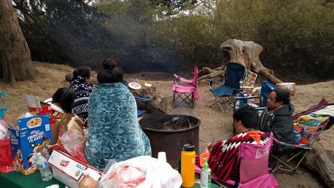 Esta es la familia González conversando juntos alrededor del fuego.