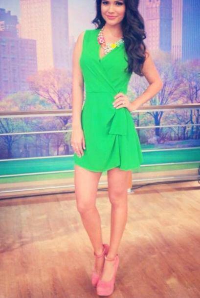 Marzo 31, 2014: Vestido verde, zapatos rosados y accesorios que combinan...