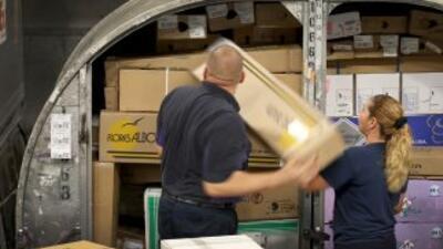 Empleados se preparan para la entrega de los productos adquiridos en el...