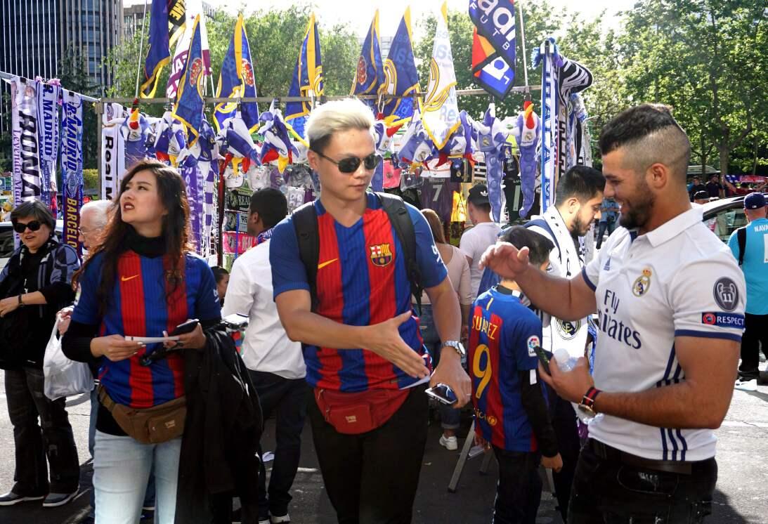Real Madrid vs. Barcelona: ambiente festivo entre los hinchas en partido...