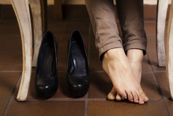 9. Usa zapatos cómodos: Inevitablemente caminar o estar de pie con unos...