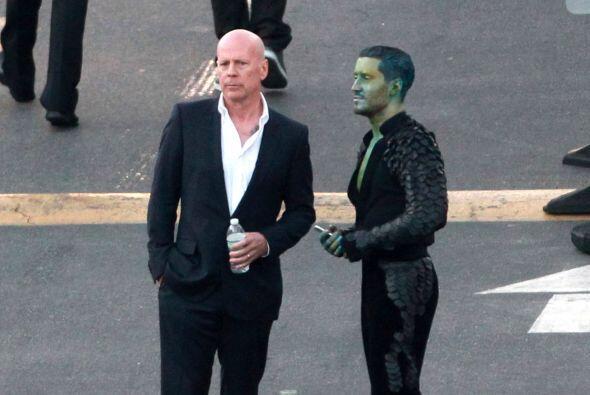 Bruce Willis con uno de los bailarines del show.