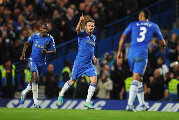 Juan Mata mostró su clase a pelota parada y Chelsea se metía en la pelea...