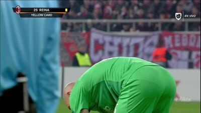 Tarjeta amarilla. El árbitro amonesta a José Reina de Milan