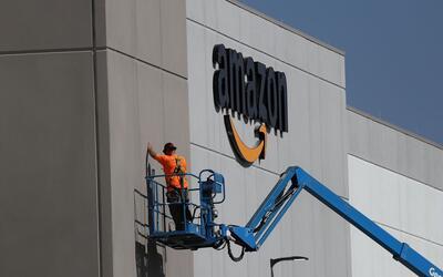 Un trabajador repara el frontis de una bodega de Amazon en Sacramento, C...