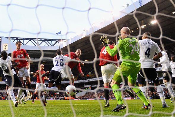 El remate del '10' del United no pudo ser contenido por el arquero Brad...
