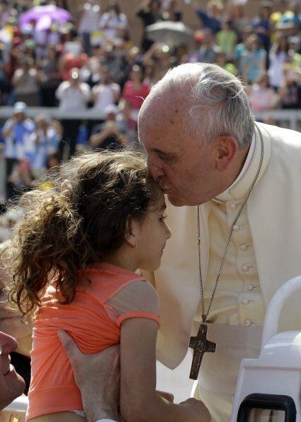 Fiel a su costumbre, el papa Francisco llevó gestos de cari&ntild...