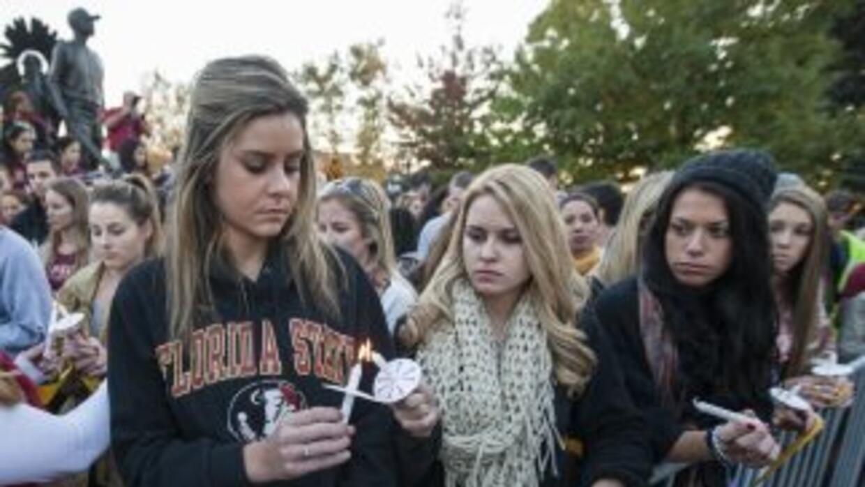 Estudiantes encienden velas durante una vigilia luego del tiroteo en la...