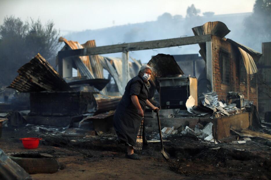 Feroz incendio destruye 100 viviendas en el puerto chileno de Valparaíso...