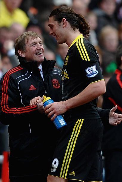 El técnico Kenny Dalglish tuvo que 'consolar' a Andy Carroll por no ser...