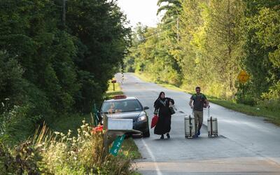 Un taxi deja a una pareja en la frontera canadiense en Champlain, Nueva...