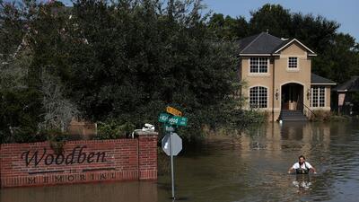 Un residente de Houston camina en terrenos inundados luego del huracán H...