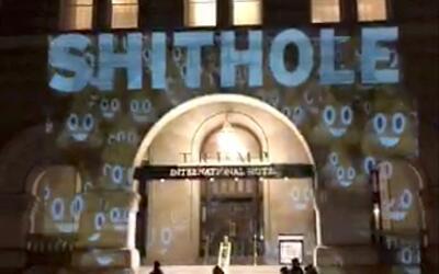 Una proyección con la palabra shithole ('hueco de mierda') sobre...