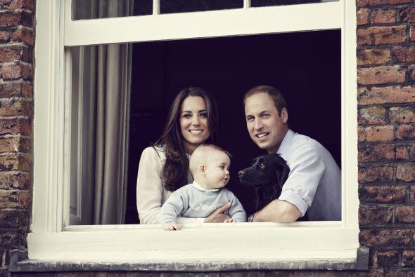 En marzo pasado, la familia real reveló esta fotografía del matrimonio a...