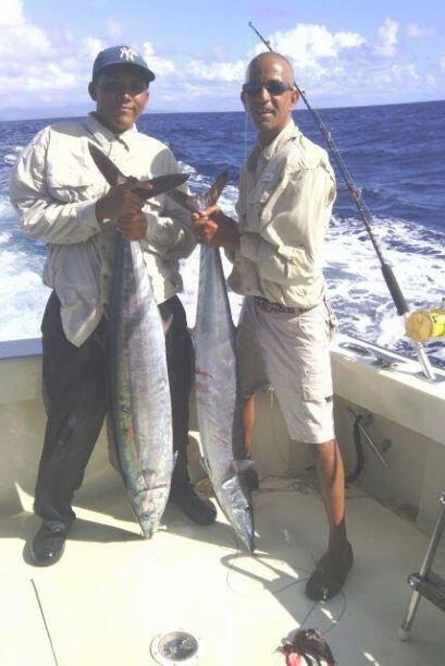 Miguel y Guebín  dos de los pescadores de la Villa en altamar con la sat...