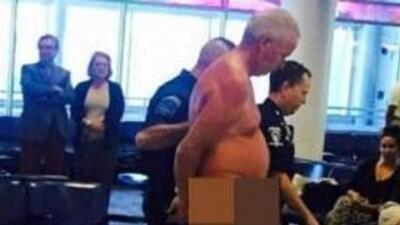 Hombre se desnudó en el aeropuerto. Foto tomada de Facebook.