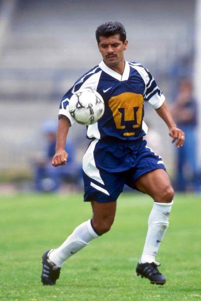 Para la siguiente temporada volvió a México con Pumas y en 1988 regresó...