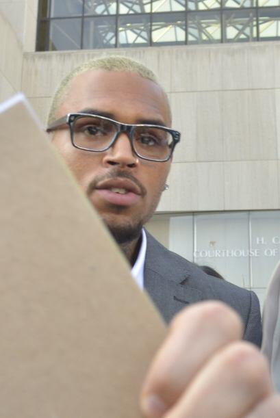 Por pegar a una persona en la cara, Chris Brown fue sentenciado a cárcel...