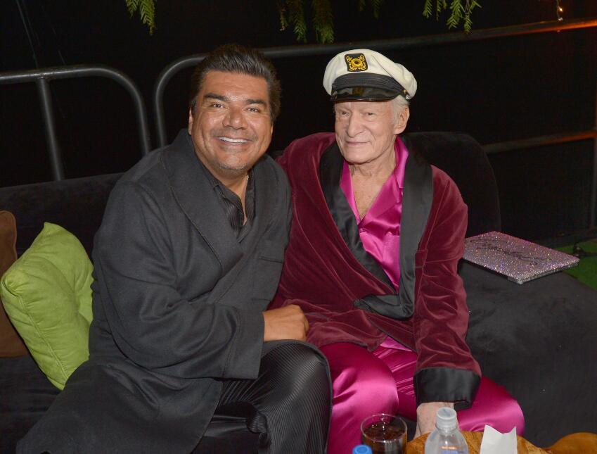 Hugh Hefner posa con George López en una fiesta en la mansión Playboy