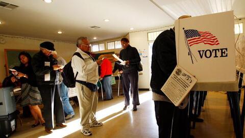 Foto de referencia. Un grupo de electores vota en las primarias en Calif...