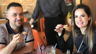 Con la mano y un tenedor: La Chula y La Bestia disfrutaron de una buena pizza en Chicago