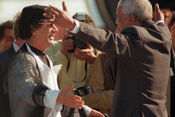 Aquí con el fallecido y polémico líder libio Muamar Kadhafi. Ambos irrum...