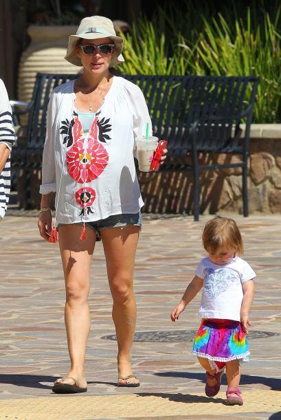 Como hacía tanto calor, optó por estos diminutos shorts.  Mira aquí los...