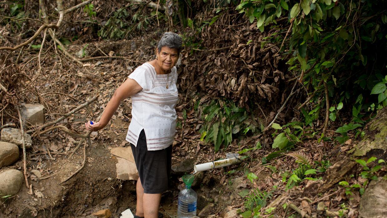 Eliana Rodríguez, de 82 años, cuenta que tuvo que entrar al manantial fa...