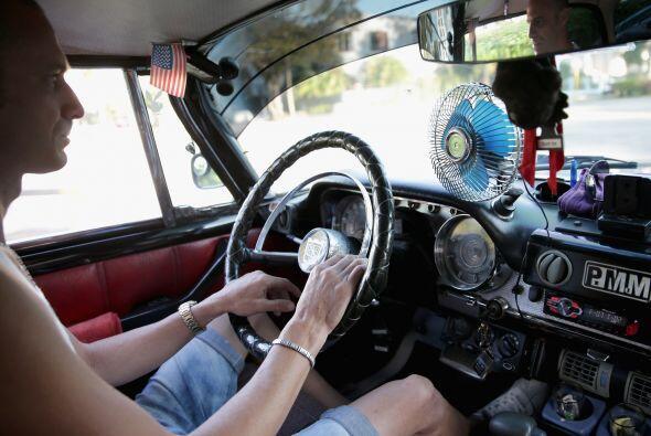 Miguel, un taxista de La Habana, colocó una bandera de EEUU en el...