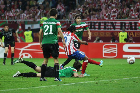 Sacó un tiro suave de zurda ante la mirada del defensor venezolano Amore...