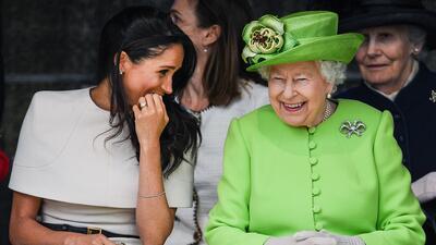 Meghan Markle 'tropieza' dos veces, pero la reina Isabel luce encantada con su compañía