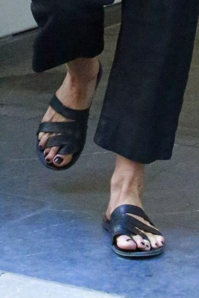 ¿Crees que sus pies estén hinchados porque ya espera bebé?  Mira los chi...