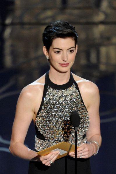 Anne Hathaway durante su discurso en el escenario en la celebración de l...