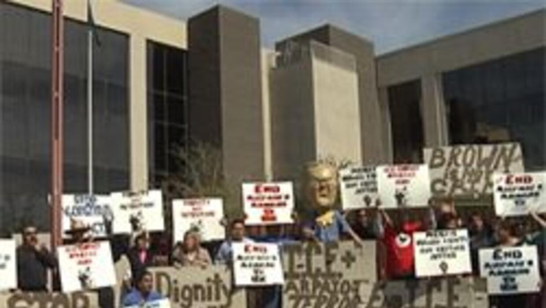 Manifestantes exigiendo alto a las prácticas del sheriff Arpaio