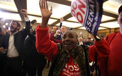 El momento del anuncio: el demócrata Doug Jones acabó el m...