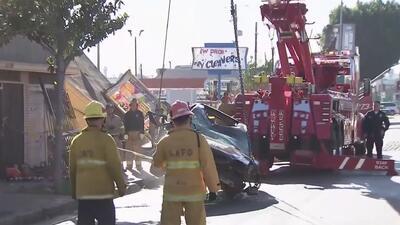 Aparatoso accidente de tránsito acaba con la vida de dos personas y provoca graves daños en una estructura