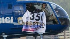 Desde el helicóptero se mostraba una pancarta citando un artículo de la...