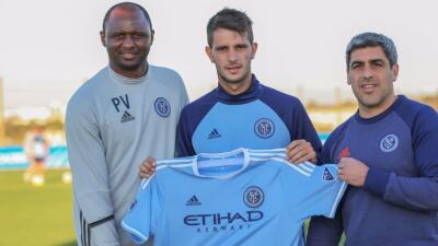 Federico Bravo recibido por Patrick Vieira y Claudio Reyna.