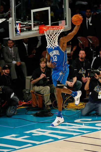 2008 - Dwight Howard de los Orlando Magic rebota la pelota de la parte t...