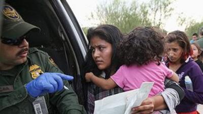 Un grupo de mujeres inmigrantes indocumentadas son detenidas por la Patr...