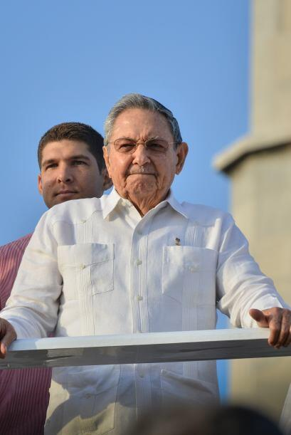 Comoes costumbre, Raúl Castro siguió la marcha desde una tribuna colocad...