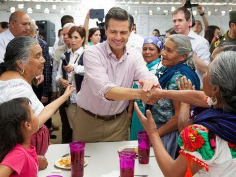 El presidente de México, Enrique Peña Nieto, saluda a ind&...