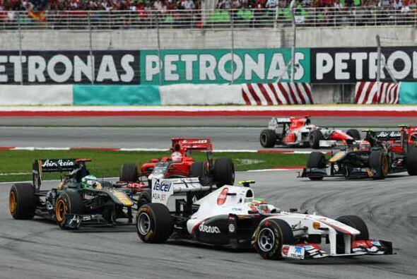 Su auto fue golpeado por algo que salió desprendido del Toro Rosso de Se...