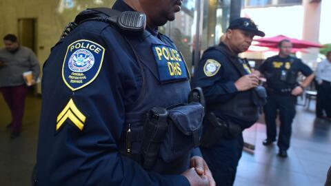 Agentes federales frente a una corte migratoria en Los Ángeles, California.