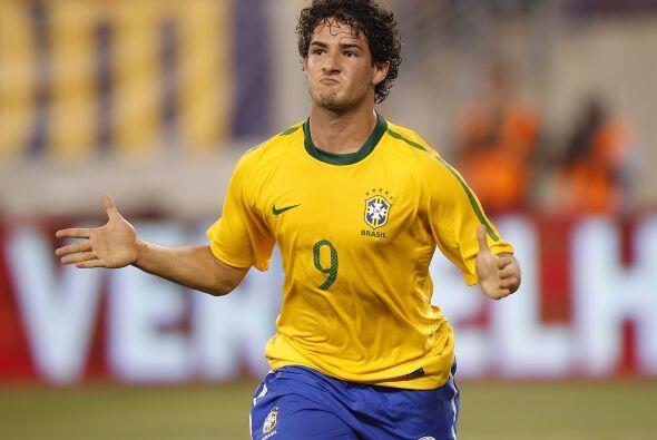 Uno que vuelve pero promete goles y sacrificio es Alexandre Pato. El del...