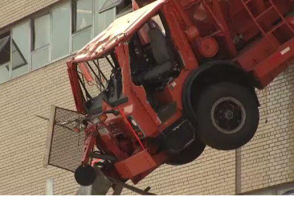 El chofer del camión se encuentra en condición estable, según reportes d...