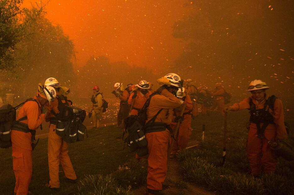 Presos trabajan con bomberos en el incendio que quemó más de 33,000 acres